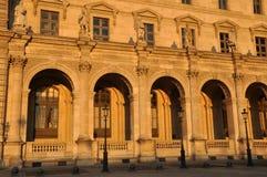 Louvre en la puesta del sol fotografía de archivo libre de regalías