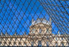 Louvre en una rejilla en París, Francia foto de archivo