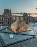 Louvre France muzealny Paryski ostrosłup iluminujący susnet zdjęcia stock