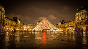 Louvre i aftonen Arkivfoton