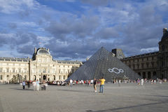 Louvre i ostrosłup Fotografia Royalty Free