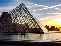 Louvre i szklany piramida podczas zmierzchu Zdjęcie Stock