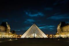 Louvre met de bekende glaspiramide bij nacht, Parijs Royalty-vrije Stock Fotografie