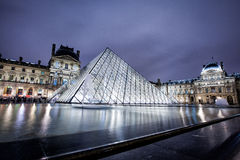 Louvre-Museum nachts Lizenzfreie Stockbilder
