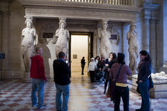 Louvre >Museum, Tourists Visiting Sculpture Stock Photos