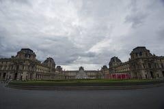 Louvre-Museum und Pyramide Stockfotos