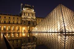 Louvre-Museum und seine Pyramide stockfoto