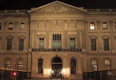 Louvre-Museum vom quai nachts Stockfotos