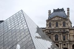 Louvre-Museums-Pyramide stockfotos