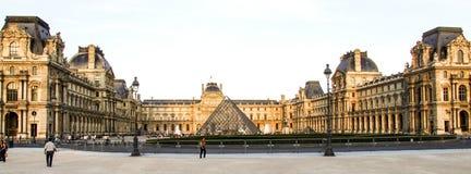 Louvre muzeum i szkła piramida w Paryż Zdjęcia Royalty Free