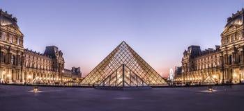 Louvre muzeum ostrosłup fotografia stock
