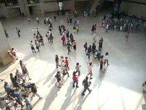 Louvre muzeum, Paryż, Francja, Sierpień 16 2018: goście w sala ostrosłup obrazy royalty free