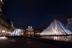 Louvre muzeum przeciw gwiaździstemu nieba tłu, Paryż zdjęcie royalty free