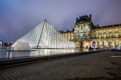 Louvre muzeum przy nocą Fotografia Royalty Free