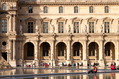 Louvre och folk Arkivfoto