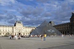 Louvre och pyramid Royaltyfri Fotografi