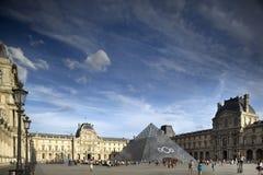 Louvre och pyramid Royaltyfri Foto