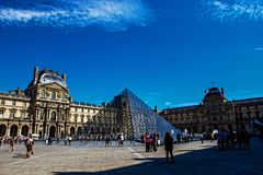 Louvre Ostrosłup Pyramide Du Louvre, Paris obrazy stock
