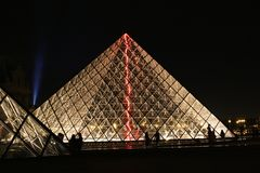 Louvre ostrosłup Zaświecający up przy nocą Obraz Royalty Free