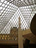 Louvre ostrosłupa wnętrze z rzeźbą zdjęcie stock