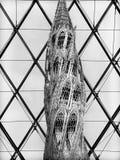 Louvre ostrosłupa wnętrze z rzeźbą Zamkniętą W górę Czarny I Biały zdjęcia royalty free
