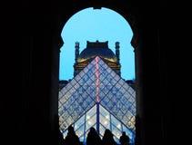 Louvre ostrosłup przy zmrokiem Fotografia Royalty Free