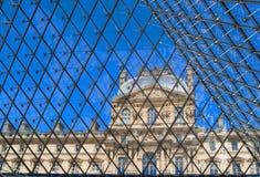 Louvre på ett raster i Paris, Frankrike arkivfoto