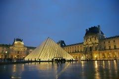 Louvre på natten Arkivbild