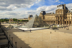 Louvre pałac i ostrosłupy - Obrazy Royalty Free