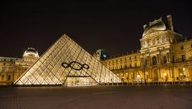 Louvre Paryż w Francja nocą fotografia royalty free