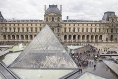 Louvre-Piazza und Pyramide Stockfotografie