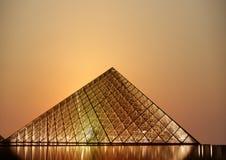 Louvre, pirâmide (na noite), França Imagens de Stock