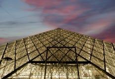 Louvre, Piramide, ('s nachts), Frankrijk Stock Afbeelding