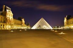Louvre por noche en París Fotos de archivo libres de regalías