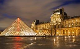 Louvre przy noc obraz stock