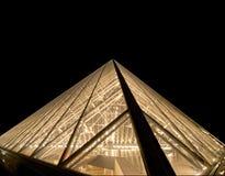 Louvre pyramid (vid natt), Frankrike Fotografering för Bildbyråer
