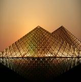 Louvre pyramid (vid natt), Frankrike Arkivbilder