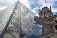 Louvre-Pyramide lizenzfreies stockfoto