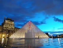 Louvre-Pyramide stockbilder