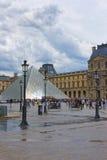 Louvre-Pyramide nahe Louvre-Palast in Paris Lizenzfreie Stockfotos