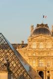 Louvre pyramiden, Pavillon befläcker och Louis XIV staty III i Paris, Frankrike Royaltyfri Fotografi