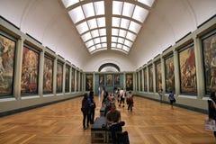 Louvre que pinta a visitantes imagen de archivo