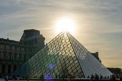 Louvre som bygger pyramiden i paris Frankrike royaltyfri bild