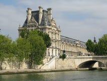 Louvre som ses från Seinen, Paris royaltyfria foton