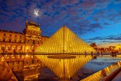 Louvre szkła ostrosłup fotografia stock