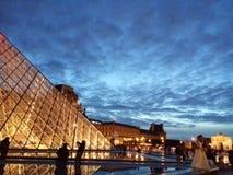 Louvre vid natt Royaltyfri Fotografi
