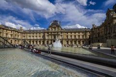 Louvrefasad i Paris royaltyfri foto
