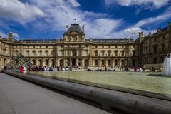 Louvrefasad i Paris arkivfoto