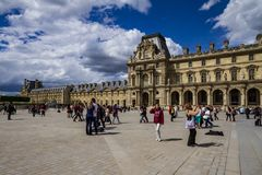 Louvrefasad i Paris fotografering för bildbyråer
