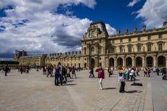 Louvrefassade in Paris stockbild